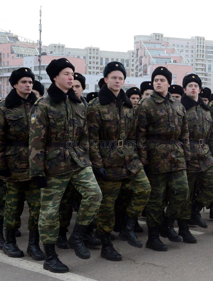 Les cadets des corps musicaux de cadet de Moscou se préparent au défilé le 7 novembre dans la place rouge image stock