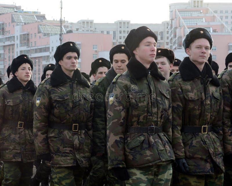 Les cadets des corps musicaux de cadet de Moscou se préparent au défilé le 7 novembre dans la place rouge photos stock