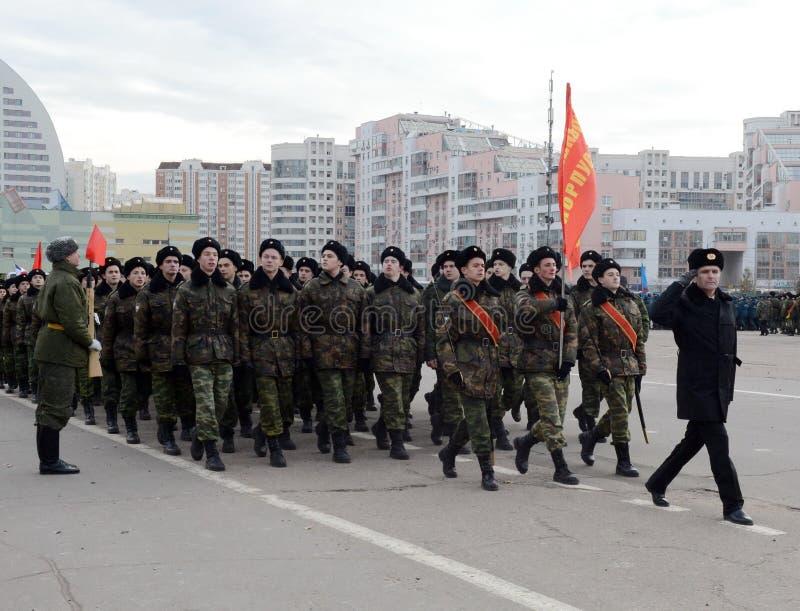 Les cadets des corps musicaux de cadet de Moscou se préparent au défilé le 7 novembre dans la place rouge images stock