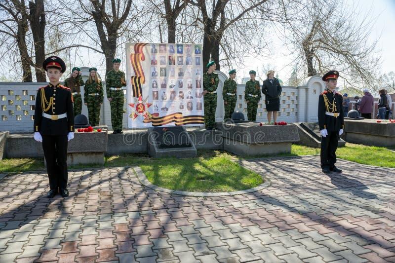 Les cadets se tiennent dans la garde de l'honneur dans Victory Memorial pendant la célébration de Victory Day image stock