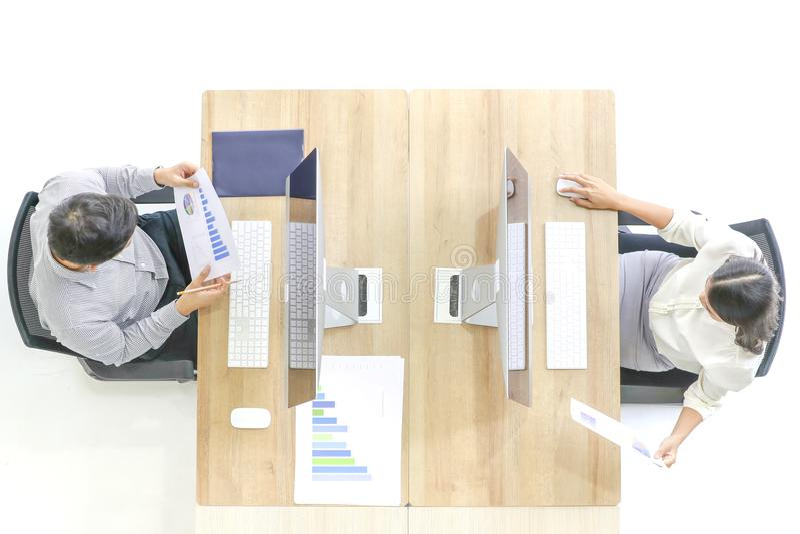 Les cadres supérieurs dans le costume commandent un employé d'homme regarder un comput images libres de droits