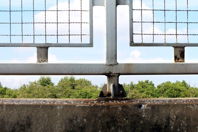 Les cages clôturent, les murs en béton, barbelé emprisonnent, centre de détention, incarcèrent image stock