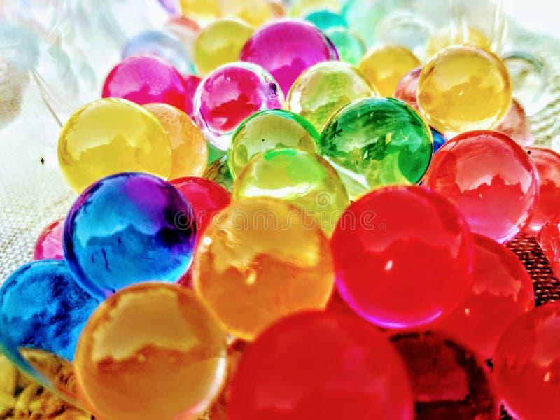 Les cailloux en caoutchouc colorés brille admirablement dans la lumière de jour photographie stock libre de droits