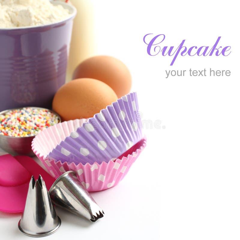 Les caisses et les ingrédients de petit gâteau au-dessus du blanc avec l'échantillon textotent photo stock