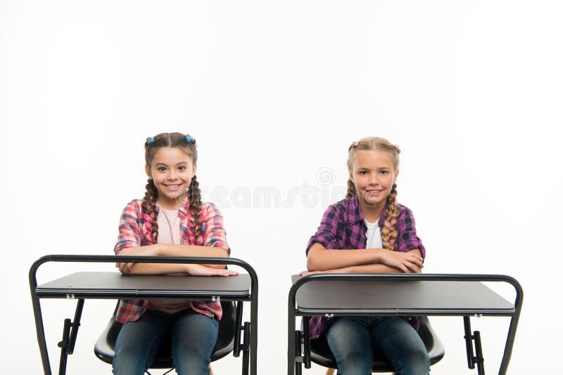 Les camarades de classe d'étudiants reposent le bureau De nouveau ? l'?cole Concept d'?cole priv?e Instruction individuelle ?duca images stock