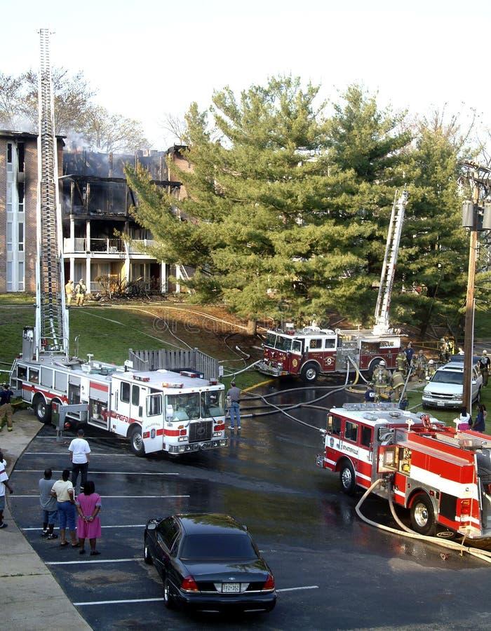 Les camions de pompiers rayent pasrking d'un immeuble où photos libres de droits