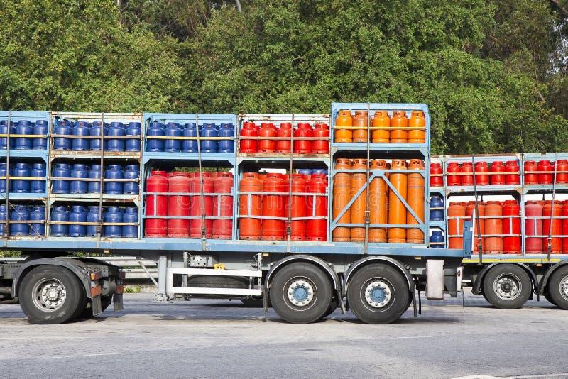Les camions se sont garés sur une charge de rue des réservoirs à gaz de propane image stock