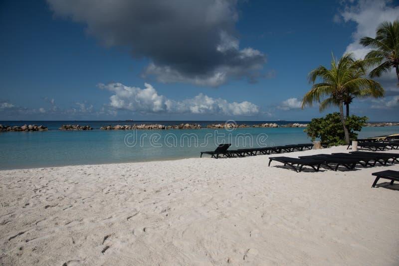 Les canapés vides sont prêts pour des amateurs de plage images stock