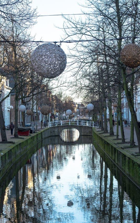Les canaux à Delft avec des boules de lumière au-dessus de te arrosent image stock