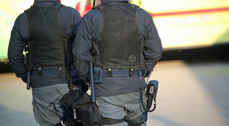 les cannettes de fil de police d'Anti-émeute patrouillent les rues du photo libre de droits