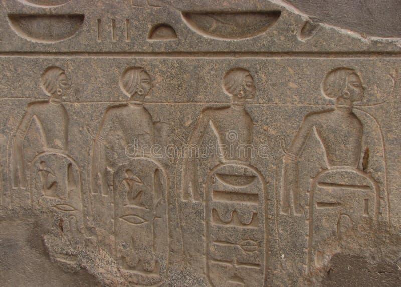 Les captifs féminins roped ensemble, temple de Louxor, Egypte photographie stock