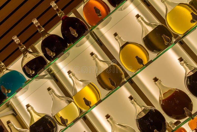 les carafes d'Écrou-huile ont admirablement montré l'angle de tir diagonal photos stock