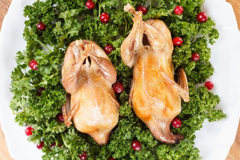 Les carcasses des cailles ont rôti avec la canneberge et le persil photos stock