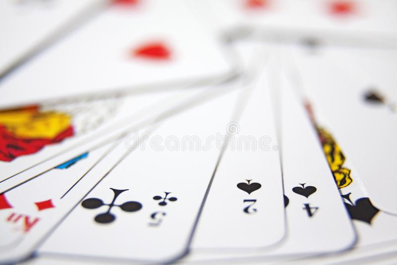 Les cartes de jeu sont dans une pile après des tours de carte image stock