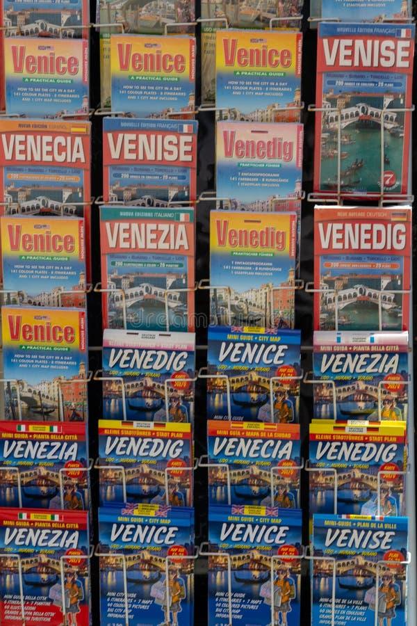 Les cartes de Venise ont montré dans l'ordre dans différentes langues photos stock