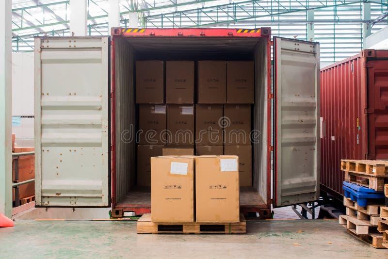 Les cartons avec le chargement hors du récipient photo libre de droits