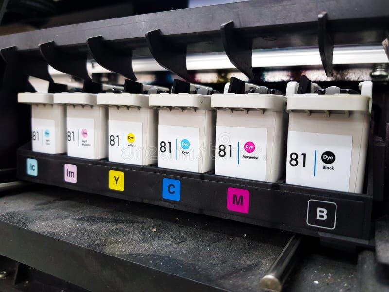 Les cartouches de couleur réparent dans l'imprimante à jet d'encre photographie stock libre de droits