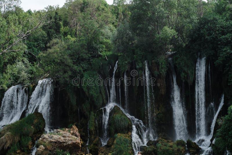 Les cascades de Kravice aménagent en parc les montagnes, en Bosnie et le Herzeg photographie stock libre de droits