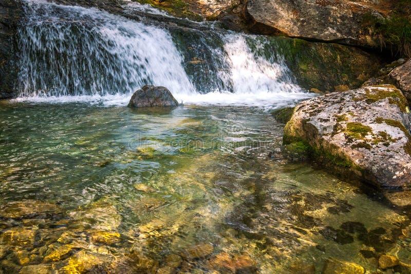 Les cascades de Studenovodske sur un courant dans la forêt image stock