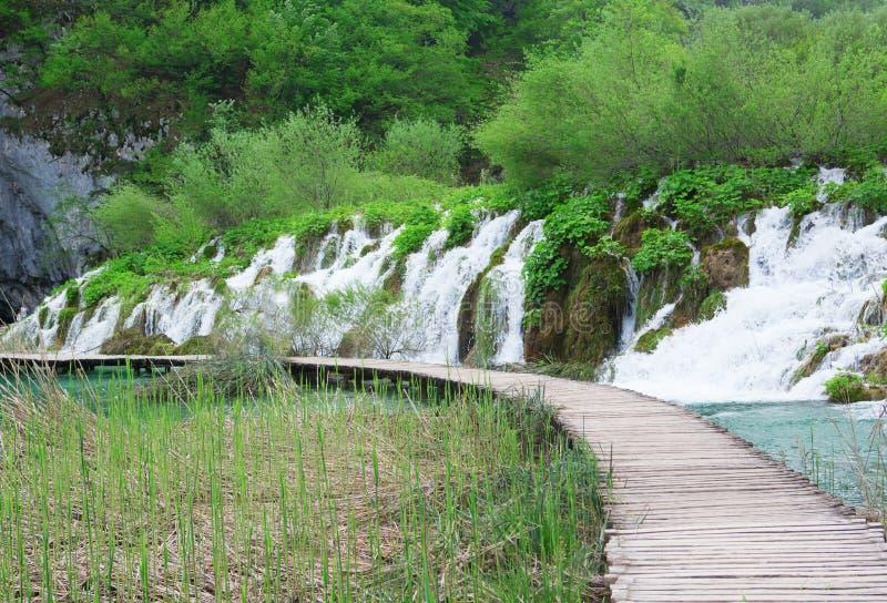 Les cascades et le chemin de touristes dans des lacs Plitvice se garent images stock