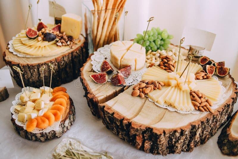 les casse-croûte de fruit de fromage secouent les caboteurs en bois d'eco de table images stock