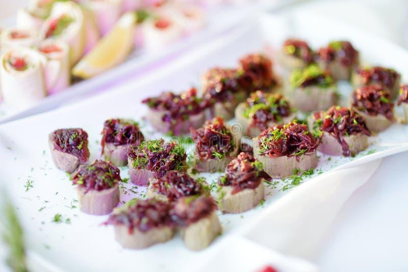 Les casse-croûte délicieux de pâté avec l'écrimage de betterave ont servi sur une réception de partie ou de mariage photo stock