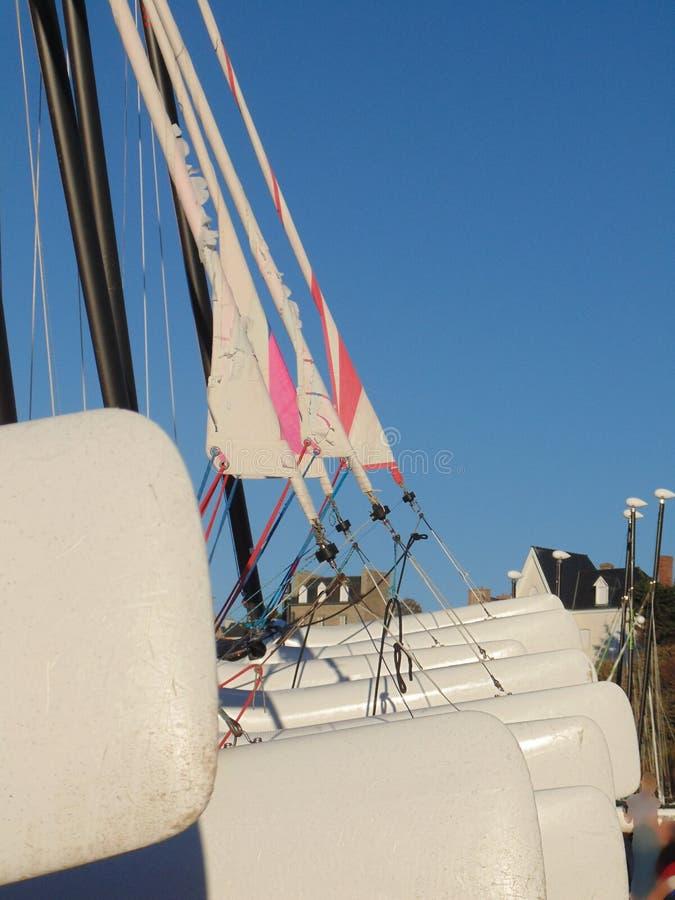 Les catamarans sont alignés sur la plage image stock