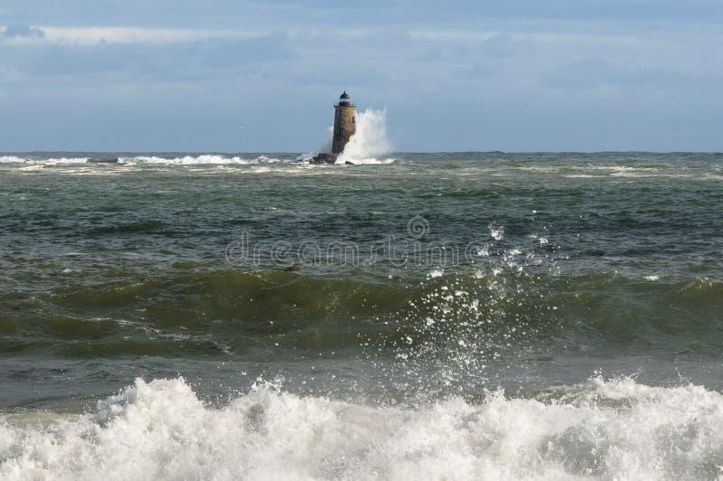Les causes de marée haute énormes salue la coupure le long du rivage et autour de Dist photos libres de droits