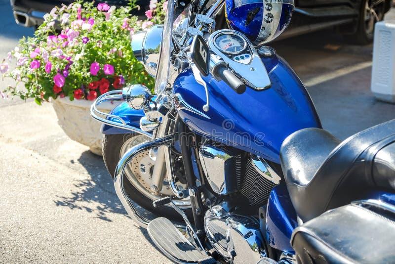 Les cavaliers aimeront Tir cultivé du tir des fourchettes de moto, du pneu et de la roue avant Circuit de freinage de disque sur  photo libre de droits