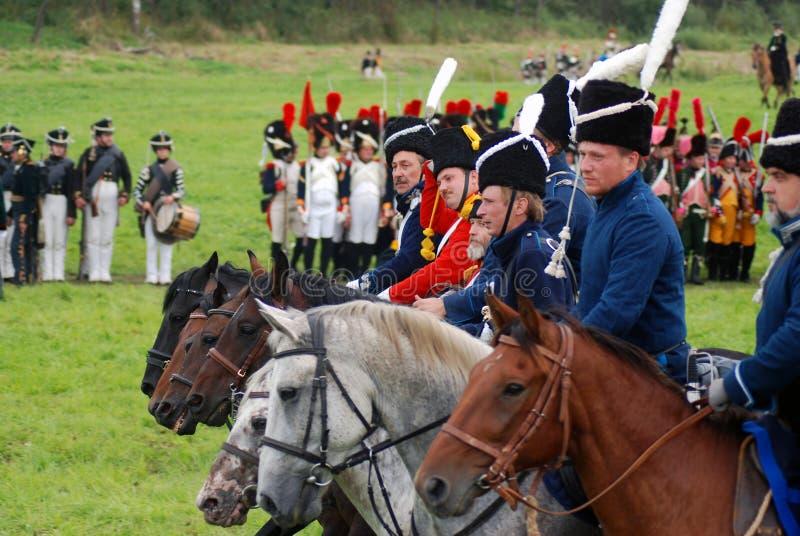 Les cavaliers de cheval chez Borodino luttent la reconstitution historique en Russie image stock