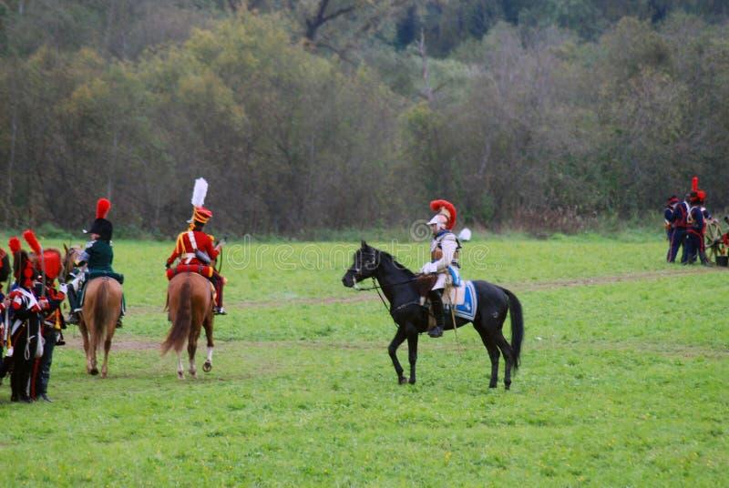 Les cavaliers de cheval chez Borodino luttent la reconstitution historique en Russie photo stock