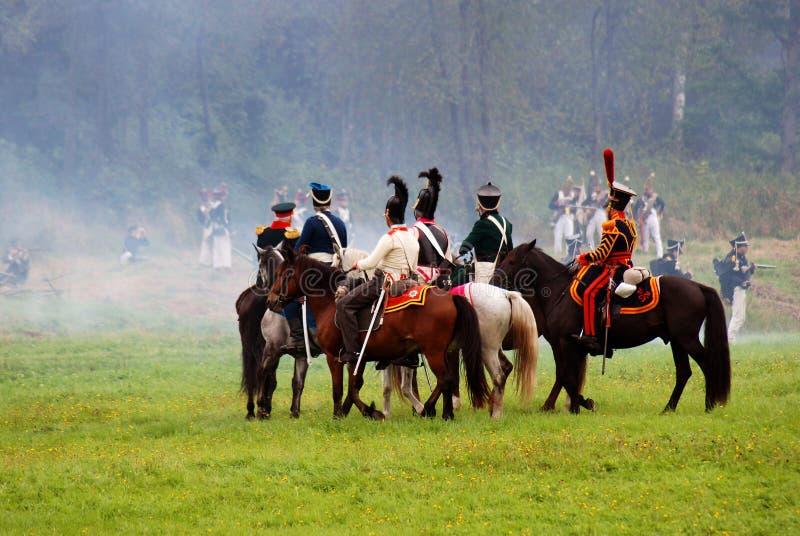 Les cavaliers de cheval chez Borodino luttent la reconstitution historique en Russie photographie stock libre de droits