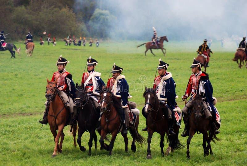Les cavaliers de cheval chez Borodino luttent la reconstitution historique en Russie images stock