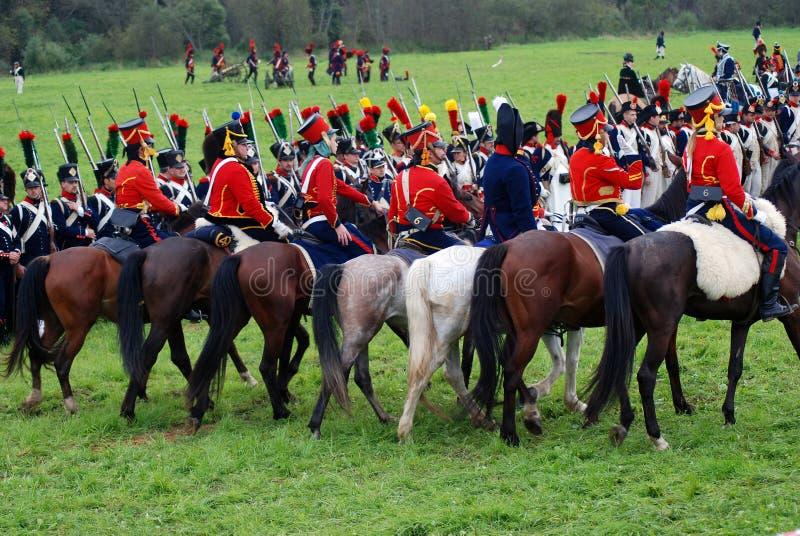 Les cavaliers de cheval chez Borodino luttent la reconstitution historique en Russie photos libres de droits