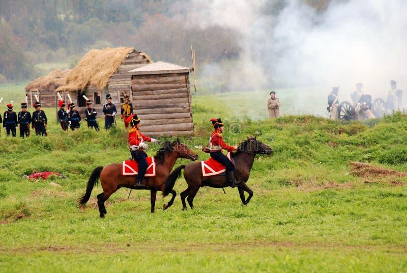 Les cavaliers de cheval chez Borodino luttent la reconstitution historique en Russie photographie stock