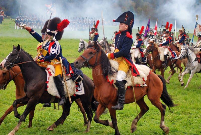Les cavaliers de cheval chez Borodino luttent la reconstitution historique en Russie image libre de droits