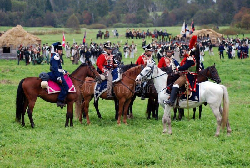 Les cavaliers de cheval chez Borodino luttent la reconstitution historique en Russie photos stock