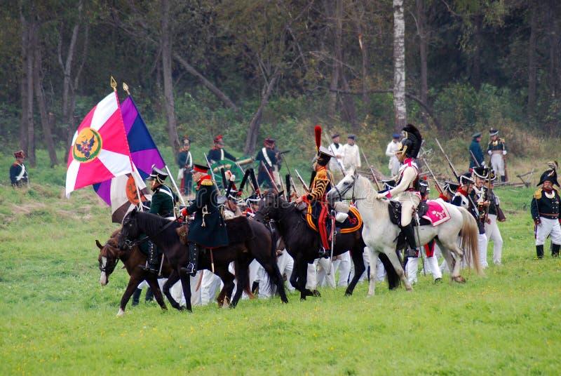 Les cavaliers de cheval chez Borodino luttent la reconstitution historique en Russie photo libre de droits