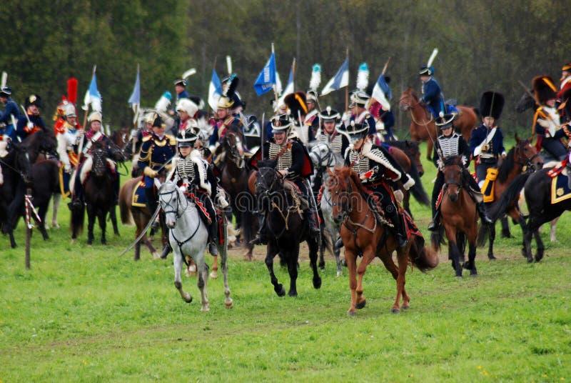 Les cavaliers de cheval chez Borodino luttent la reconstitution historique en Russie images libres de droits