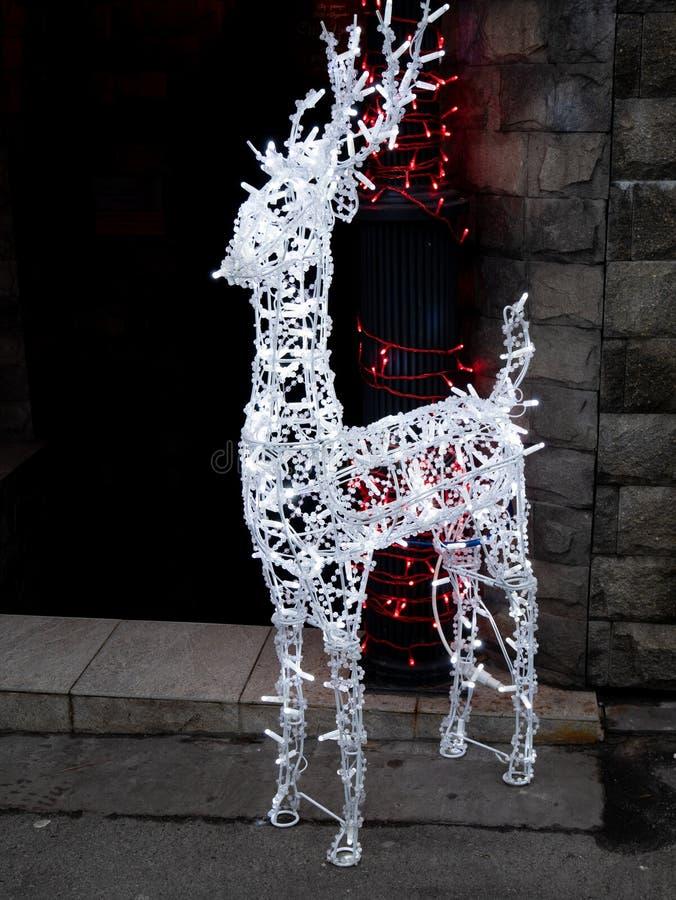 Les cerfs communs décoratifs blancs ont fait à partir des fils et de la guirlande légère photos libres de droits
