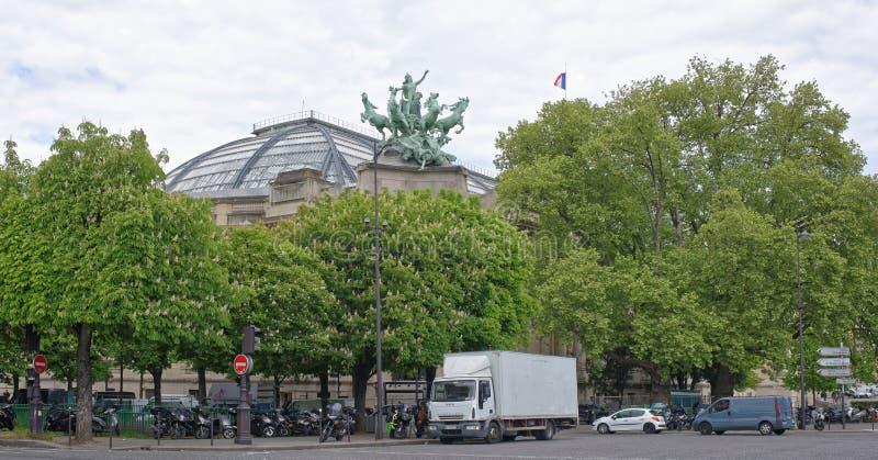 Les châtaignes fleurissent à côté du grand palais, motos sont pair photo stock
