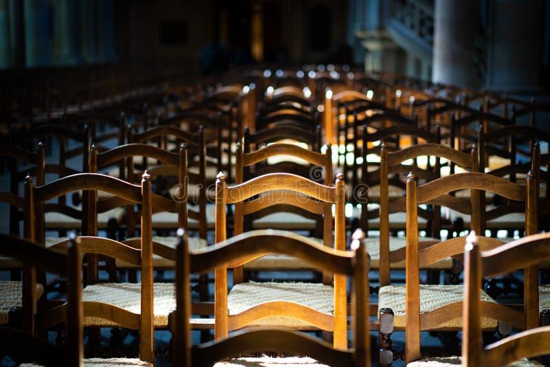 Les chaises dans l'église exprime la solitude et l'anticipation photos libres de droits