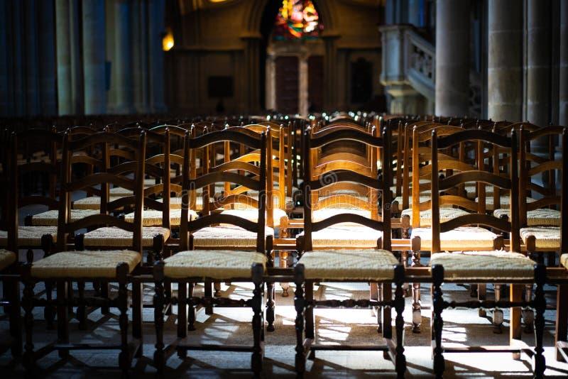 Les chaises dans l'église exprime la solitude et l'anticipation photographie stock