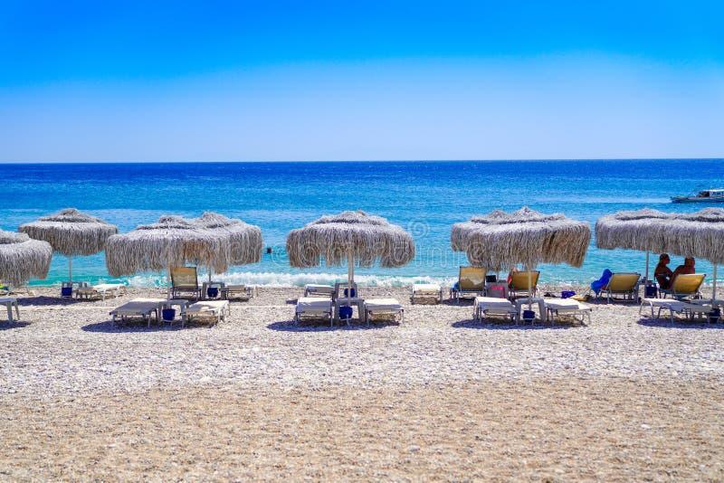 Les chaises de plage et les parapluies de paille dans le buku de Palamut aboient dans Datca photos stock