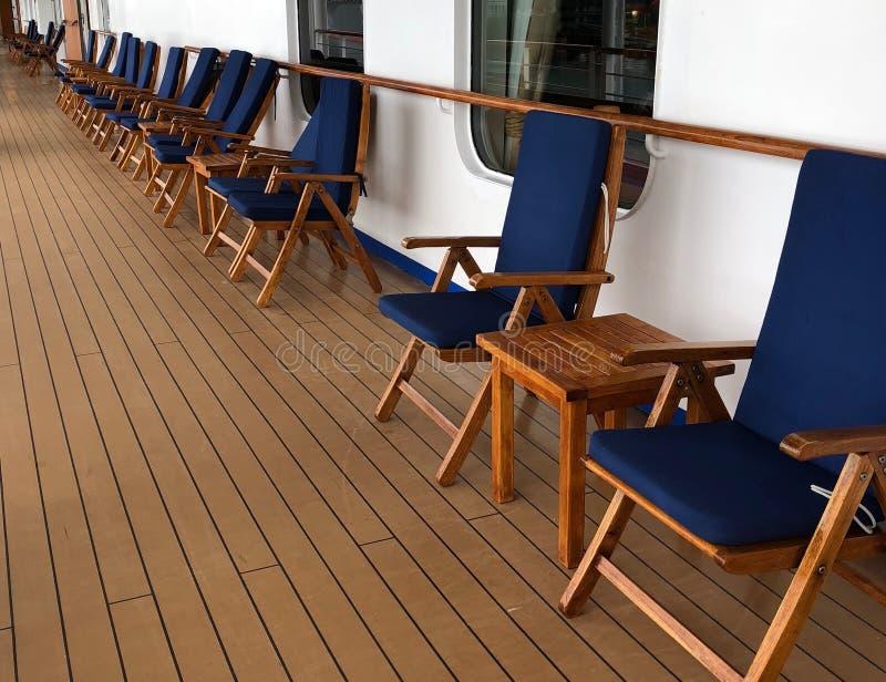 Les chaises de plate-forme ont aligné sur la plate-forme de plate-forme d'un bateau de croisière images stock