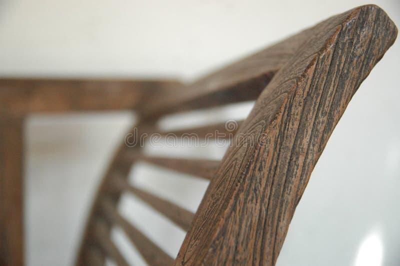 Les chaises en bois brouillent classique de meubles de couleur de brun de fond le vieux personne photos libres de droits