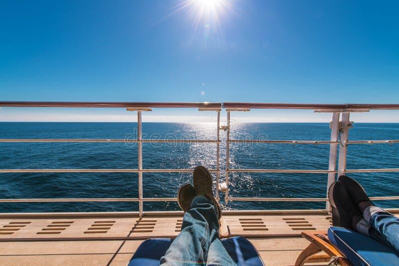 Les chaises longues de bateau de croisière détendent image libre de droits