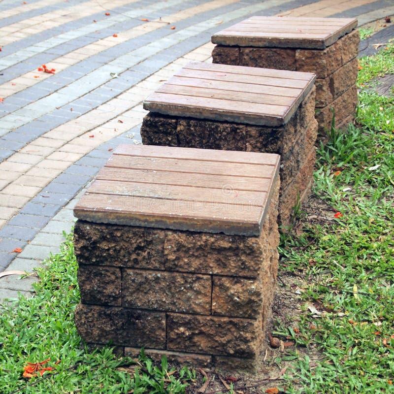 Les chaises ont fait le ‹d'†de ‹d'†des briques en parc photos libres de droits