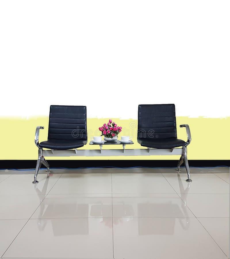 Les chaises vides dans l'utilisation de conception intérieure de salle d'attente pour détendent photographie stock