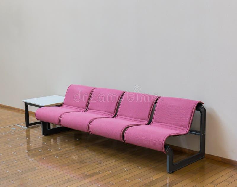 Les chaises vides dans la conception intérieure de salle d'attente pour détendent photos stock